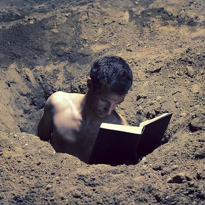 掘る 墓穴 を